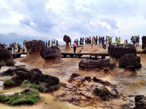 Hordes of PRC visitors at Yehliu geopark