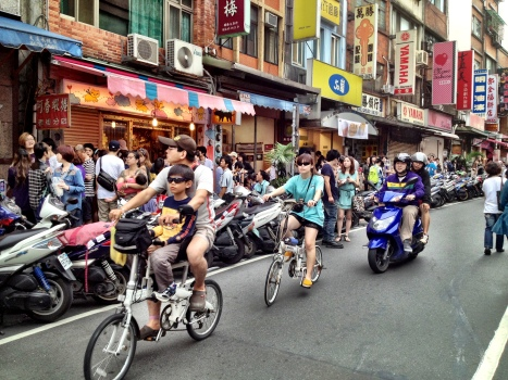Sunday crowds in Tamsui's old town