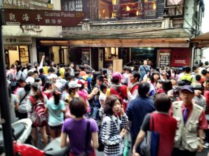 Hundres of tourists mill around in Chiufen