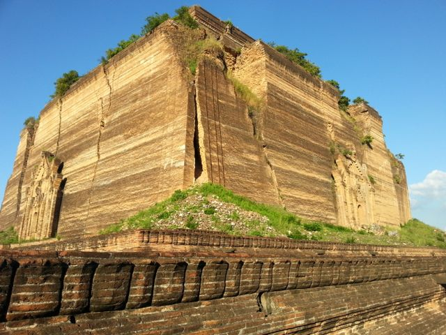 The Mantara Gyi pagoda - you can see the fissures where the earthquake hit