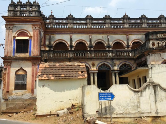 Decaying mansion on the way to Karaikudi
