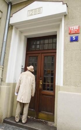 Julius ringing the doorbell in Smichov