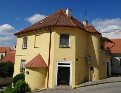 Julius says Israel Ungar (1803-36) lived here, although it is now known as the Eisler House